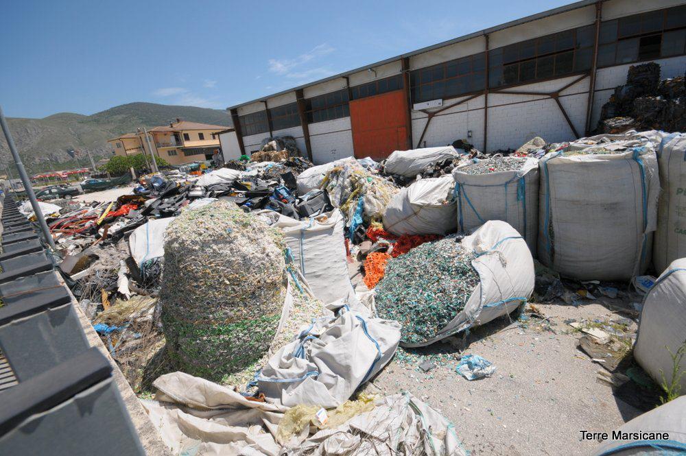 """Soluzioni in vista per l'annoso problema del deposito di rifiuti """"abbandonato"""" ad Ortucchio, la palla passa alla Commissione Ecomafia del Parlamento"""