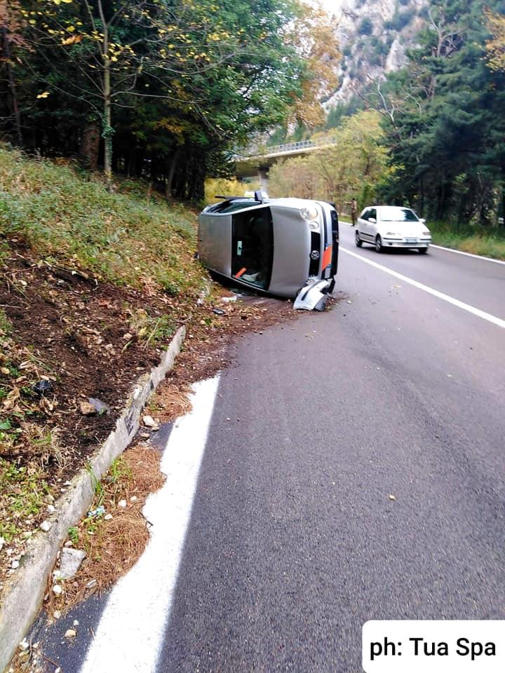 Si ribalta un'auto con a bordo una donna e le sue due bambine, interviene in soccorso un autista della TUA