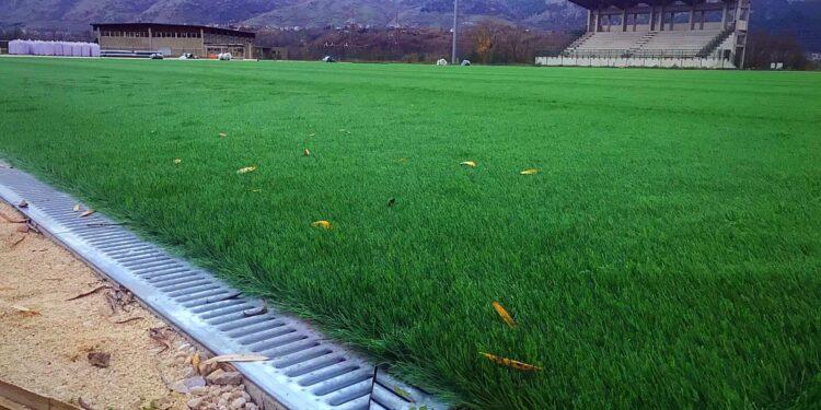 """Quasi ultimati i lavori allo stadio """"Luca Poggi"""" di Tagliacozzo, steso il manto d'erba sintetica. All'inizio dell'anno l'inaugurazione"""
