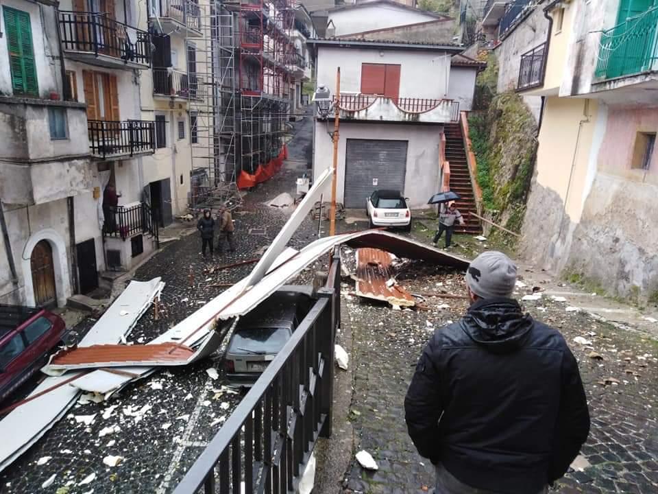 Vento fortissimo e il tetto finisce per strada