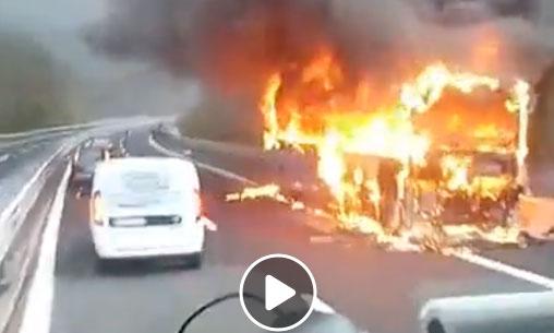Autobus in fiamme sulla A24, spento grazie al tempestivo intervento della squadra antincendio di Strada dei Parchi