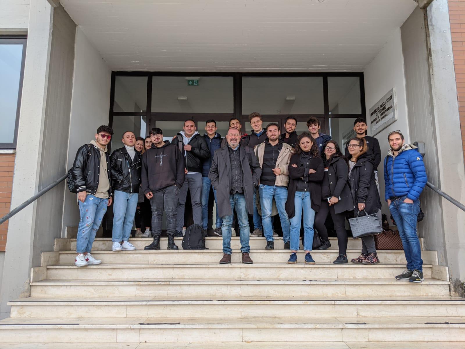Studenti e docenti trovano chiusa la facoltà di giurisprudenza ad Avezzano e restano fuori