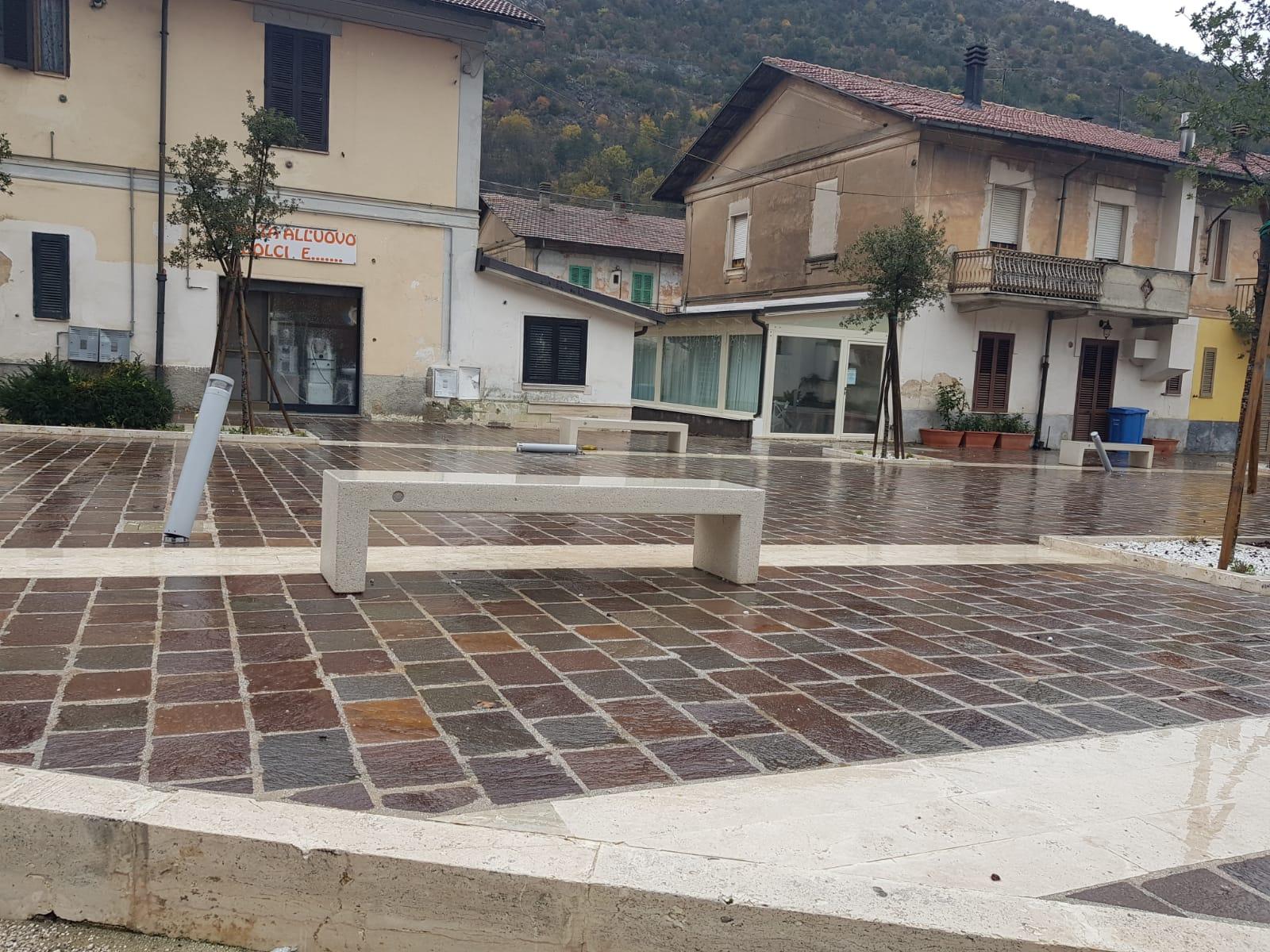 Piazza Caduti sul Lavoro nel mirino dei vandali: lampioncini divelti e strade al buio