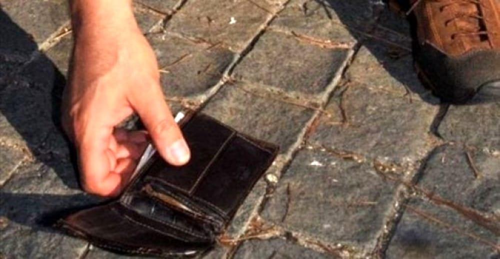 Avezzano, ritrova un borsello con 80 Euro e lo restituisce