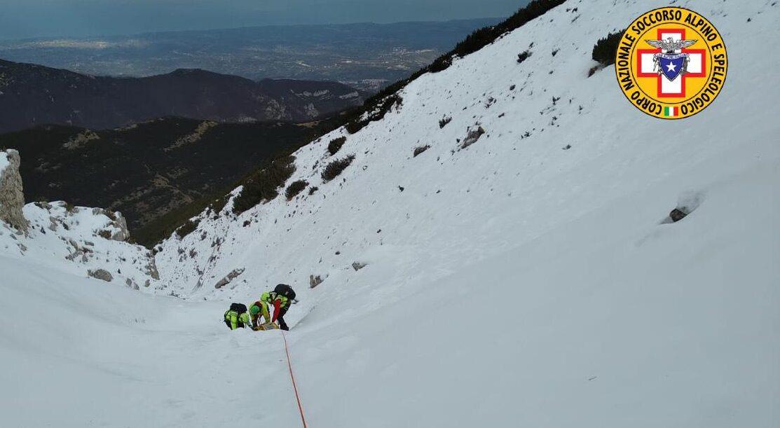 Escursionista scivola sul ghiaccio per 400 metri sulla Majella, recuperato dall'elicottero del 118 di Pescara