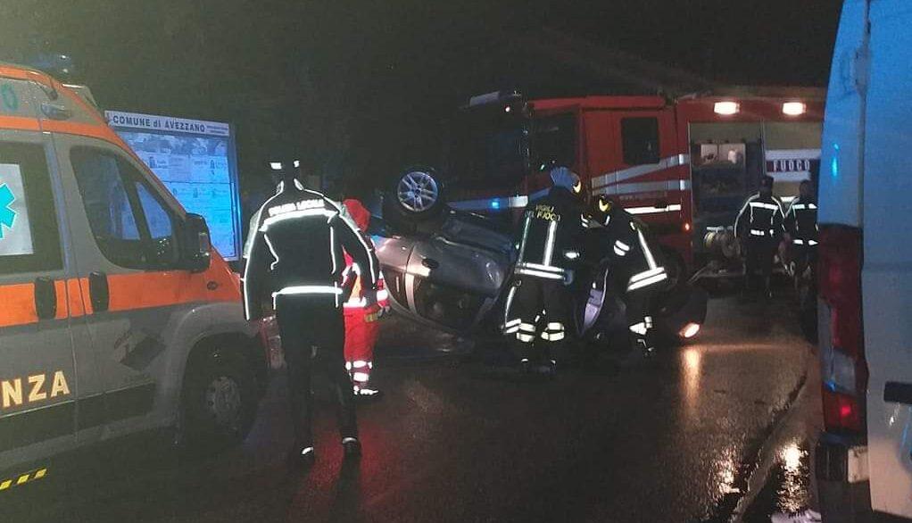 Auto si ribalta rovinosamente nel centro di Avezzano, paura tra i residenti