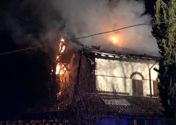 Incendia abitazione e ciclomotore, interrogato sessantunenne sottoposto a tso