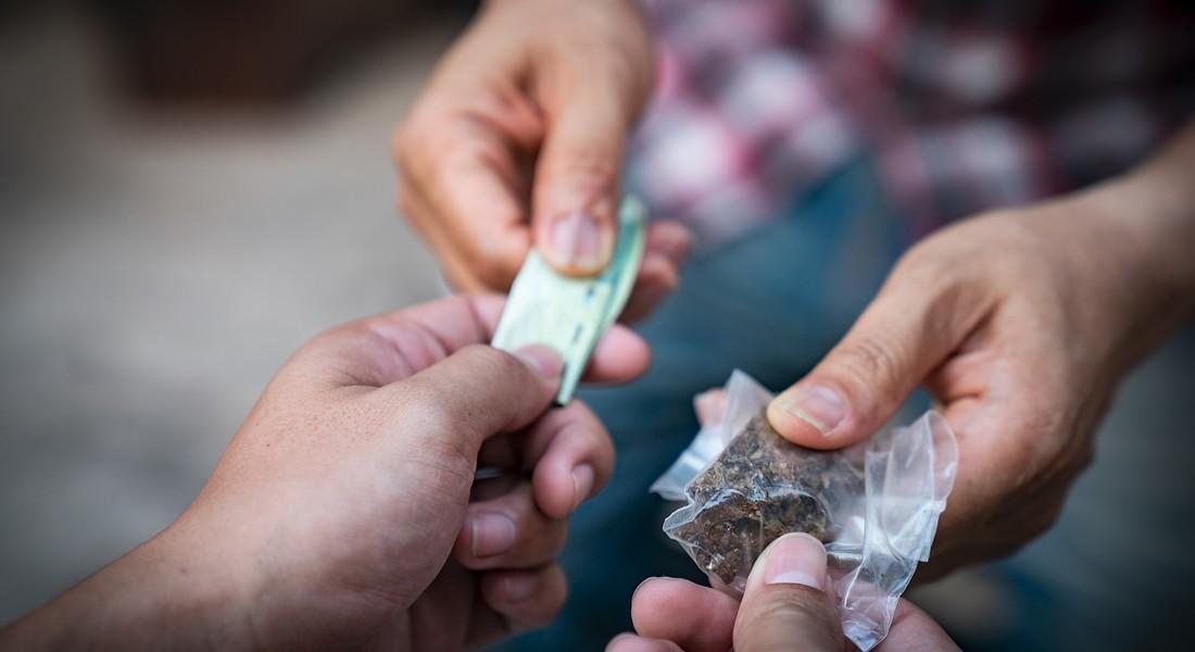 Spacciavano hashish e cocaina in Piazza Cavour, in due a processo. Tra gli acquirenti anche minorenni