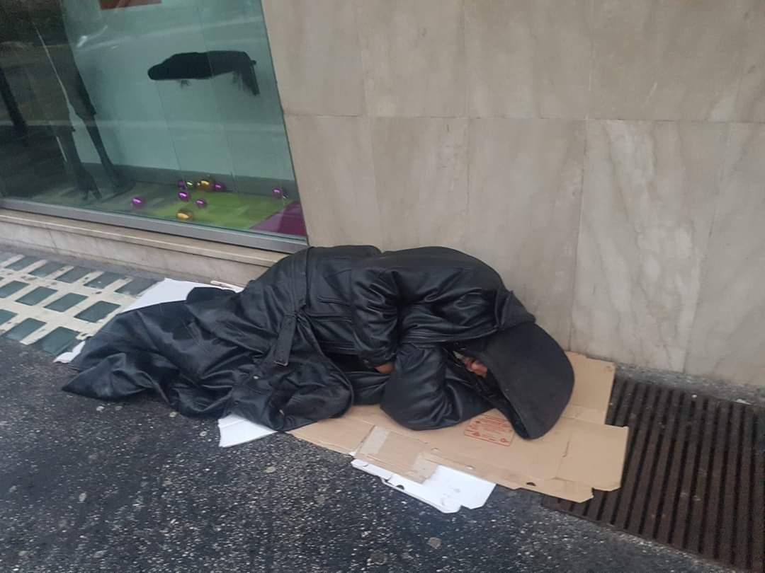 Un clochard dorme per strada nel centro di Avezzano