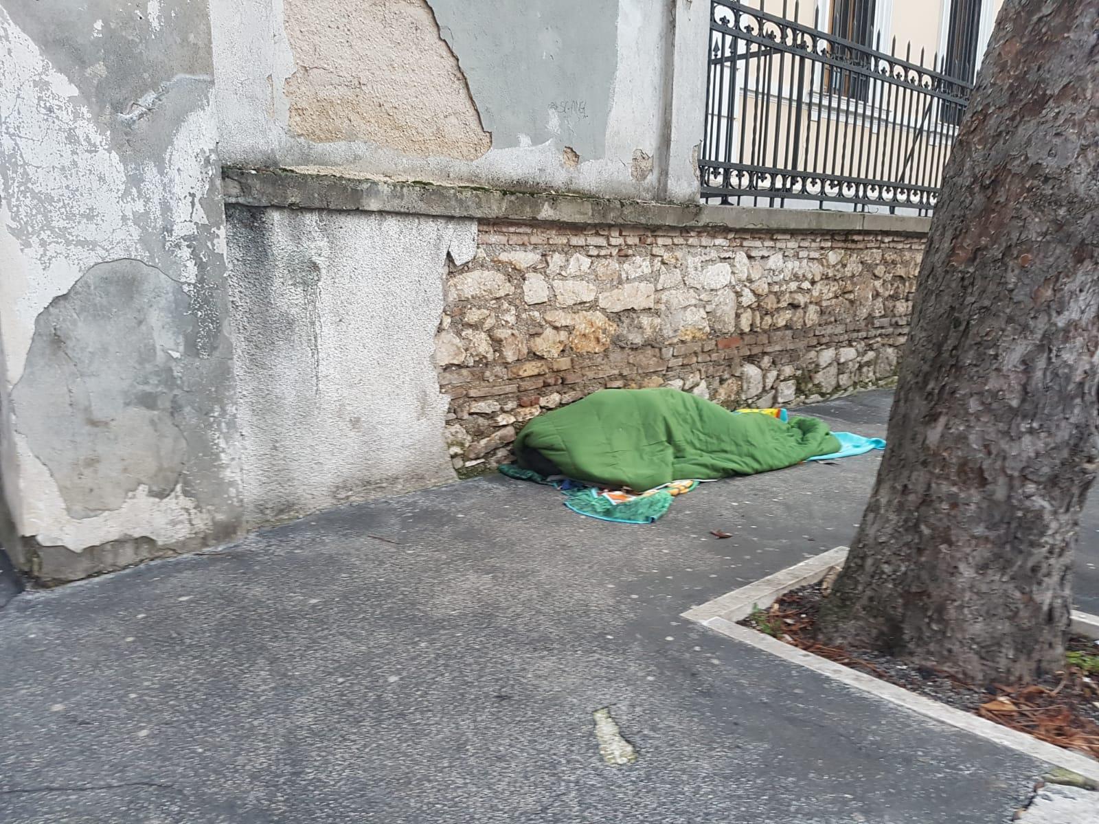 Un altro clochard che dorme al gelo di un strada del centro di Avezzano