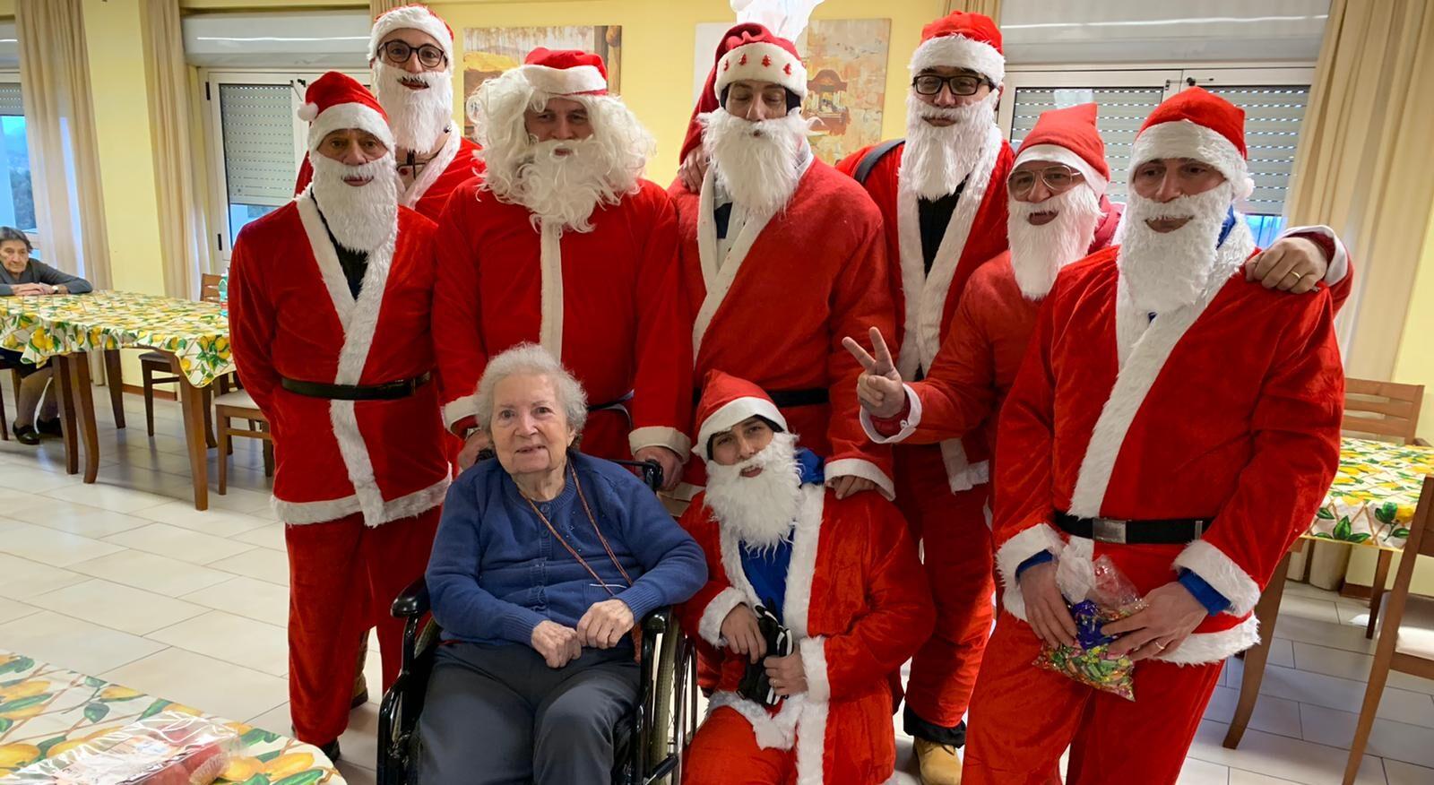 Babbo Natale in festa tra anziani e bambini