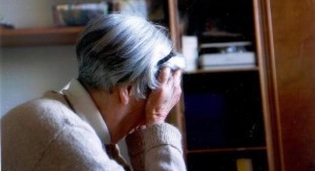 Si spacciano per parrucchiere a domicilio e derubano un'anziana