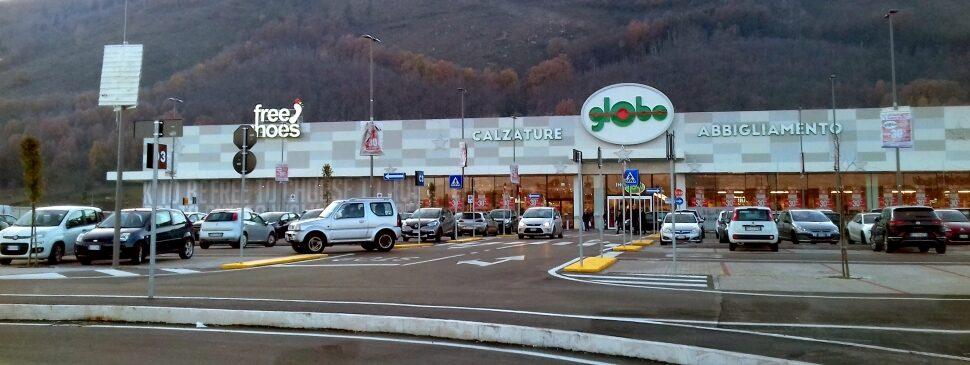 Riuscire ad orientarsi nell'intricato parcheggio del nuovo centro commerciale Avezzano Center, il caso corre sul web