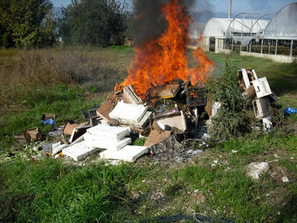 Brucia rifiuti in pieno centro, sanzionato dalla Polizia Locale