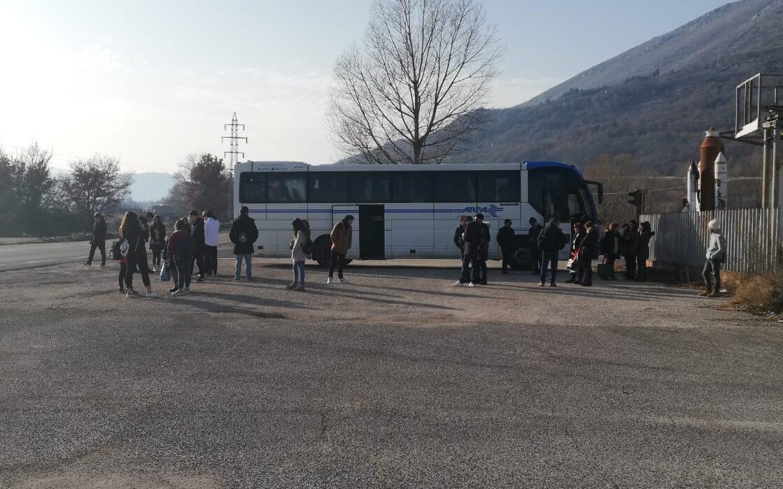 Paura per forte odore di fumo in cabina, autobus costretto a fermarsi