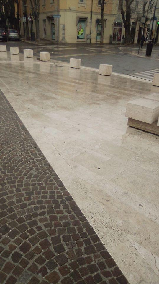 """Effetto pista di pattinaggio, esce un """"difetto"""" della nuova pavimentazione di marmo in Piazza Risorgimento"""