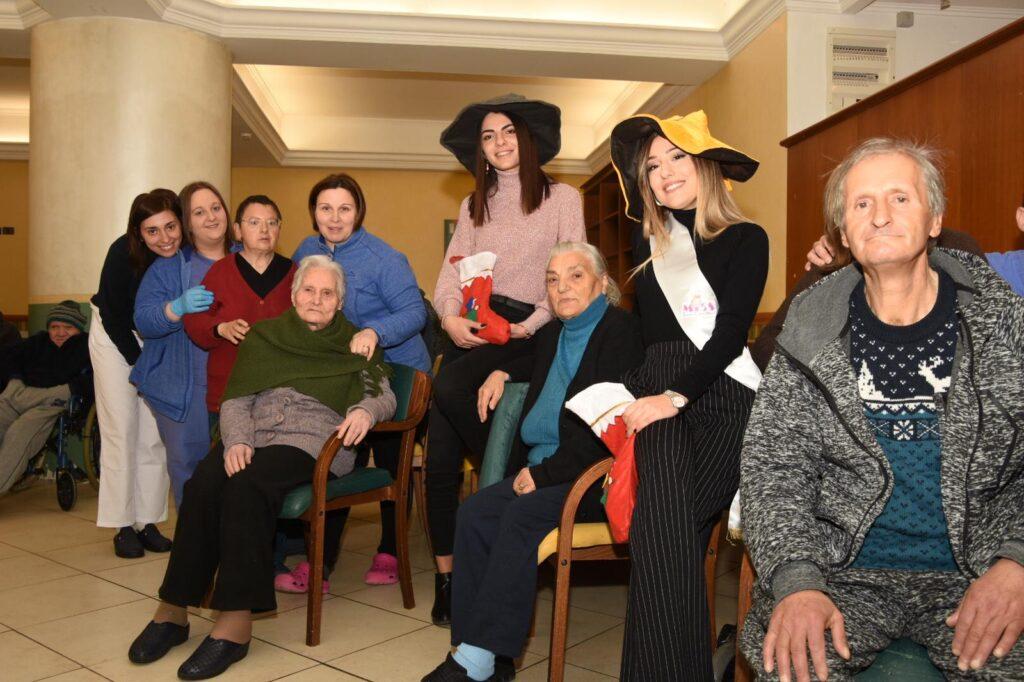 La befana è passata nella residenza Lycia Favoriti, accompagnata da due miss Sara Fortuna e Emilia Lobene