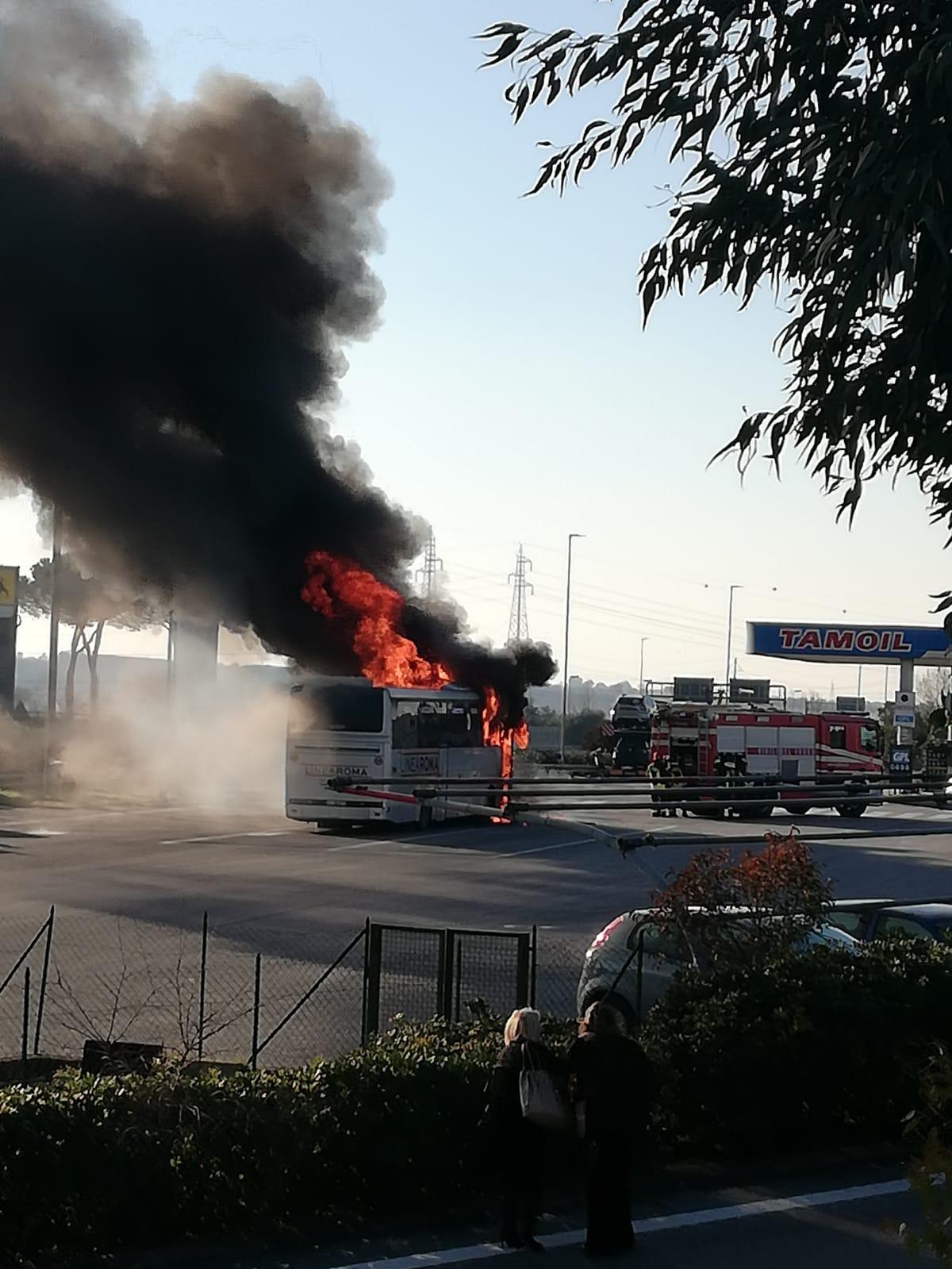 Autobus in fiamme all'autogrill di Tivoli, a bordo 50 persone partite dalla Marsica per C'è Posta Per Te