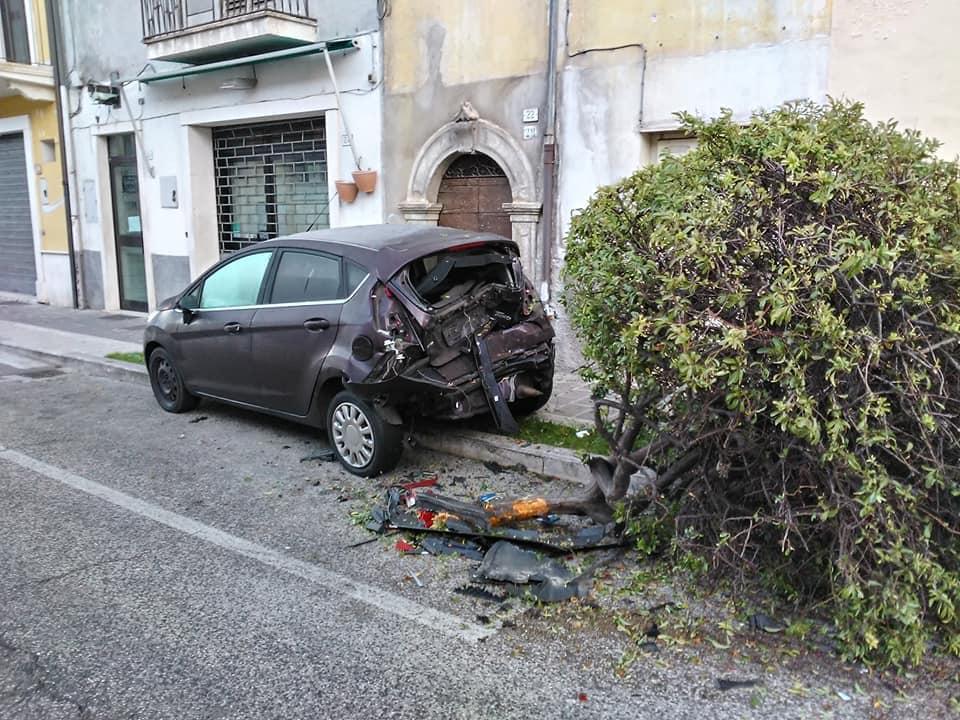 Perde il controllo dell'auto e si schianta contro vettura in sosta
