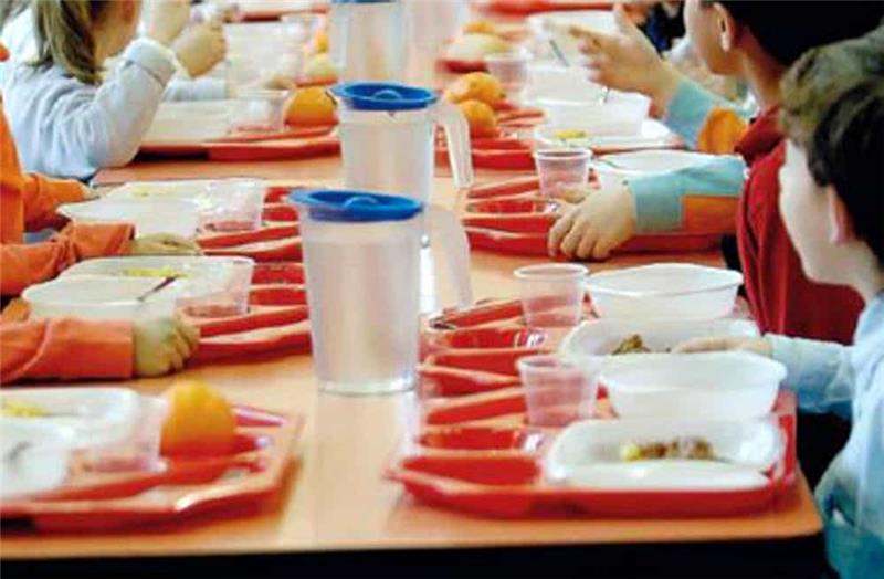 Genitori a cena nella mensa scolastica per proporre idee e migliorare il servizio