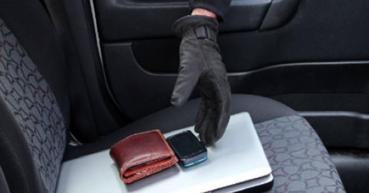 Tenta di rubare prima d'auto in sosta e poi al distributore automatico del carburante, finisce in manette