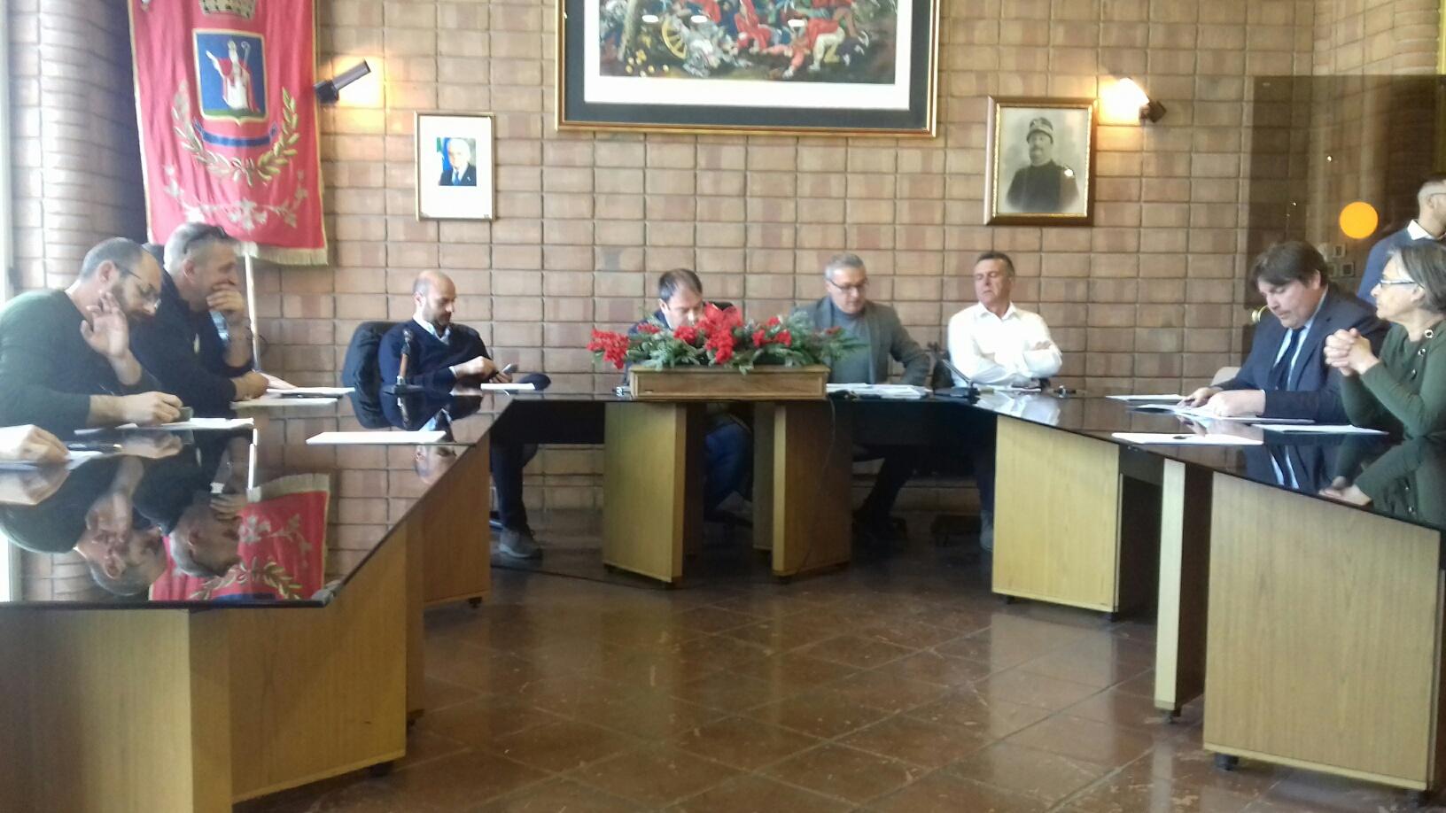 Assemblea incandescente a Pescina. Il consigliere regionale di Fratelli d'Italia, Mario Quaglieri, contestato, abbandona il tavolo di confronto