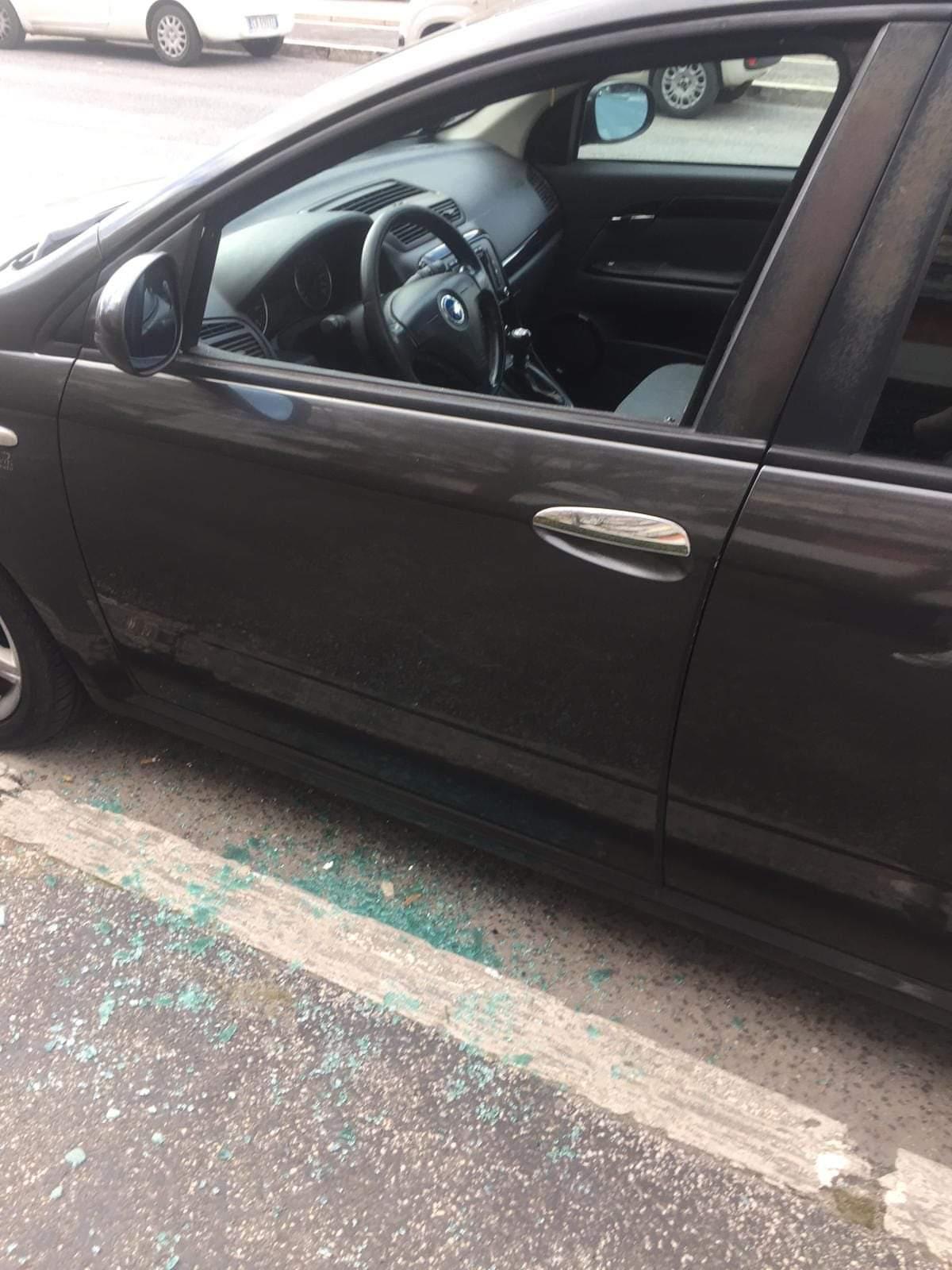 """Ancora un'auto con un vetro spaccato: """"Ci rubando la tranquillità"""""""