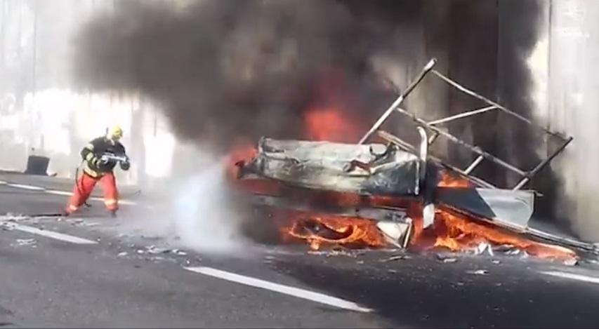 A24 in fiamme autocarro che trasportava cavalli. Conducente e animali in salvo