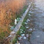 Rifiuti e degrado all'ingresso del sottopasso della stazione ferroviaria di Avezzano