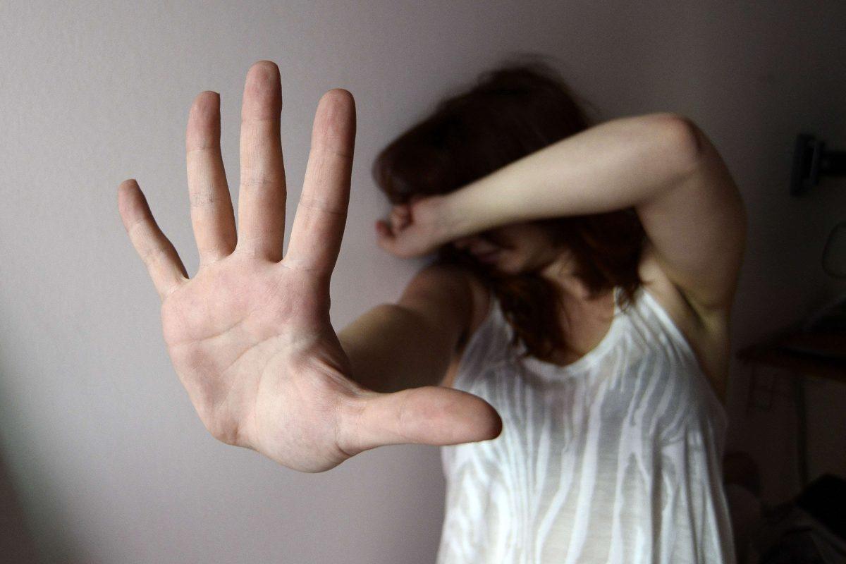 Prima la rapina e poi tenta di violentarla, ai domiciliari uomo di 29 anni