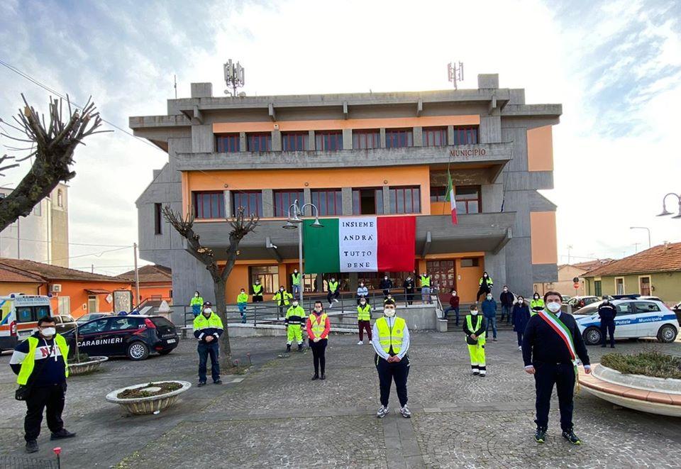 Tricolore sventola dal municipio di San Benedetto in segno di speranza