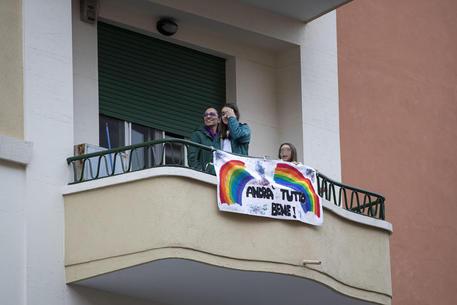 Il flash mob del quartiere di Via San Francesco. Tutti i residenti si affacciano al balcone per cantare
