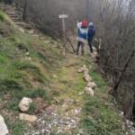 Staccionata divelta lungo il sentiero dell'Emissario a Capistrello