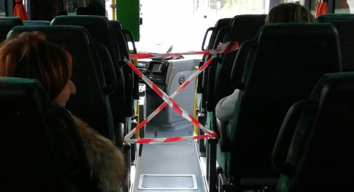 Passeggeri si arrabbiano perché autista della TUA crea una zona off limits sul suo pullman per evitare il contagio