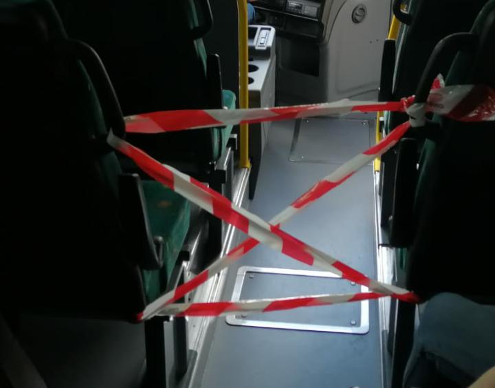 Misure di prevenzione coronavirus straordinarie per i bus TUA, passeggeri seduti in modo alternato e non si sale dalla parte anteriore dell'autobus