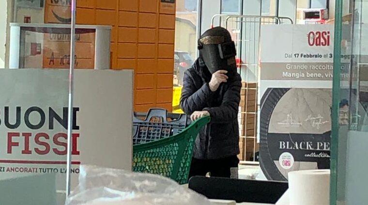 Creatività avezzanese, se la mascherina da Coronavirus non c'è, si può usare un casco da saldatore