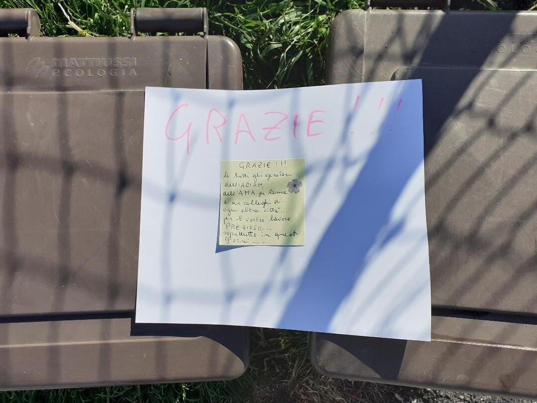A Ortucchio un biglietto sui portarifiuti ringrazia gli operatori dell'Aciam