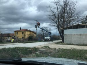 Tecnici Enel a lavoro sulla Strada 37 del Fucino per il ripristino delle linee elettriche