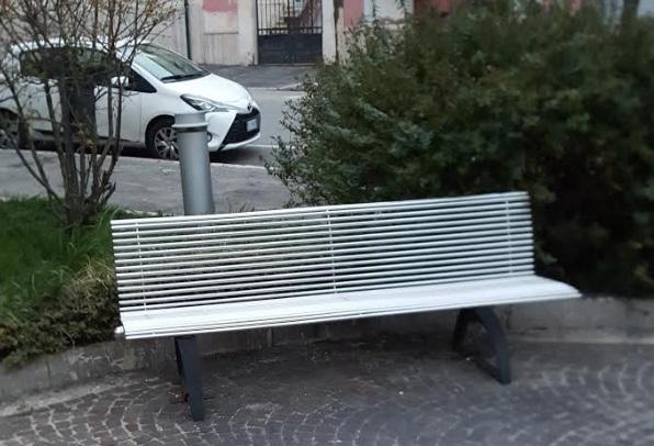 Avezzano, riparata e ricollocata la panchina distrutta da giovani vandali
