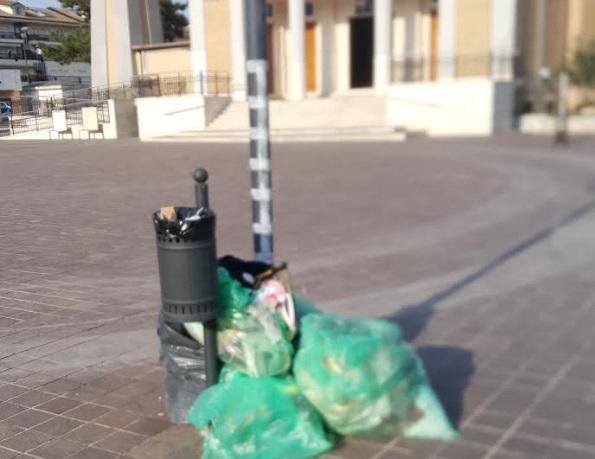 Incivili in azione sui cestini della spazzatura ad Avezzano
