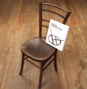 Il terremoto di Avezzano e la sedia ritrovata, una bella storia di solidarietà e resilienza