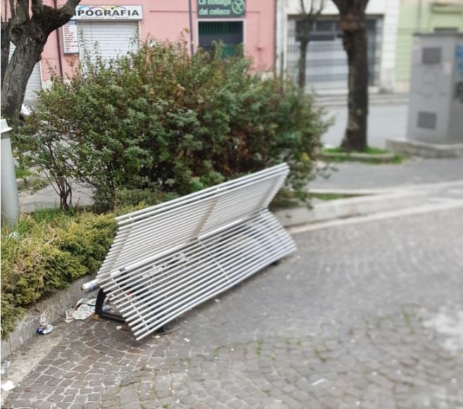 Vandali in azione in una piazza nel centro di Avezzano