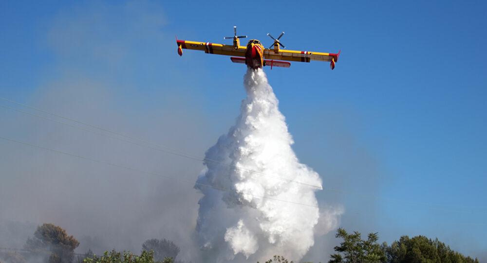 Vigili del fuoco di Avezzano impegnati nello spegnimento di un incendio di bosco a Luco dei Marsi