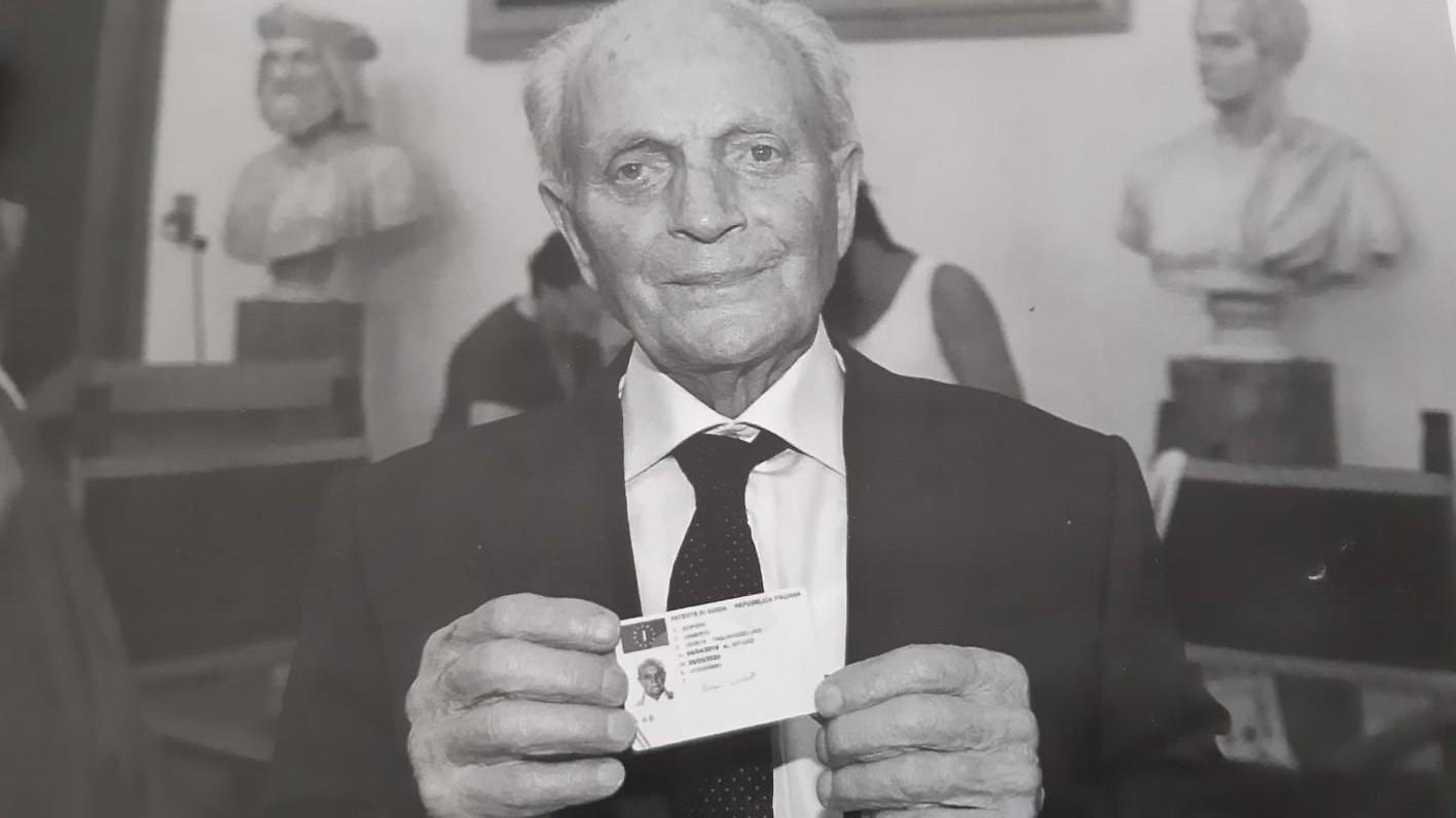 Umberto Scipioni per i suoi 102 anni regala 200 mascherine ai suoi compaesani marsicani