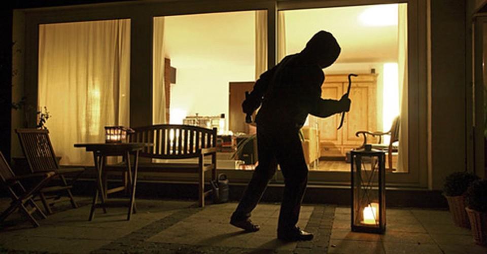 Tenta due furti nella notte, ma viene scoperto e denunciato