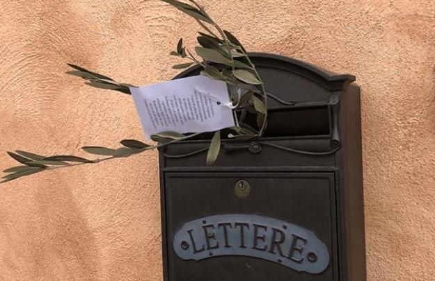 Domenica delle Palme: il parroco di Cese lascia ramoscelli d'ulivo nelle cassette della posta dei suoi parrocchiani