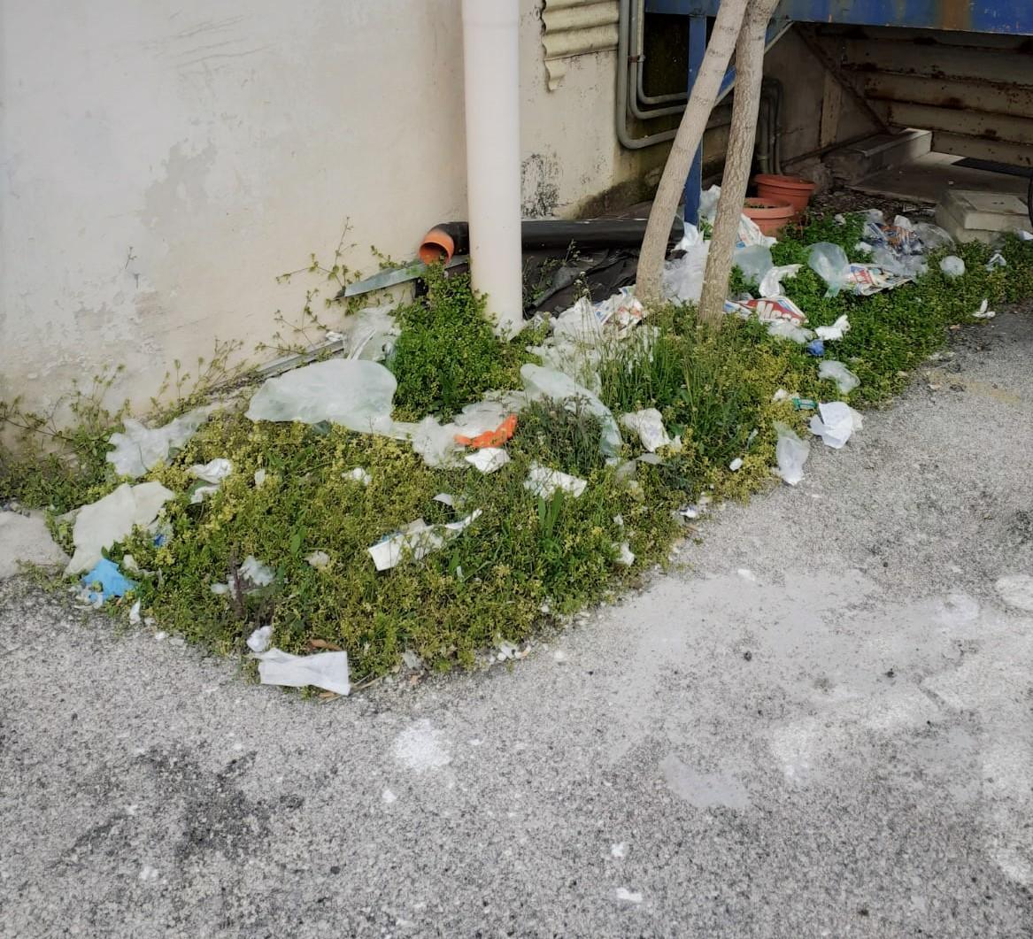 Inciviltà ai tempi del Coronavirus, sporcizia e rifiuti nei pressi di un supermercato
