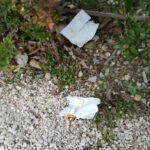 Mascherine e rifiuti abbandonati per strada, gesti di inciviltà a Piazza Torlonia e alla via Crucis del Monte Salviano