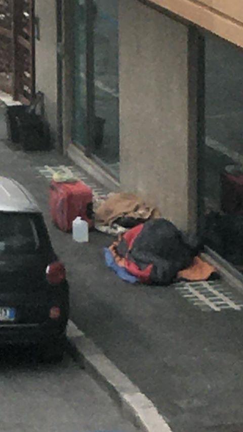 Avezzano: due senzatetto dormono sul marciapiede sotto gli occhi della città