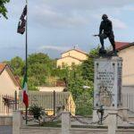 """""""Piamese Cerchio"""" e il teschio dei pirati sulla bandiera issata nella notte al monumento dei caduti. Il sindaco presenta querela"""